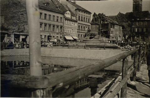 Der Marktplatz um 1945 - im Vordergrund Löschweiher - Danke an Isolde Miller
