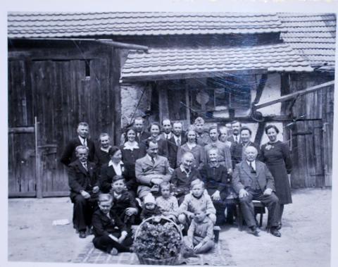 Kreisleiter Weidling besucht eine 92-jährige Einwohnerin in Hausen - 1941