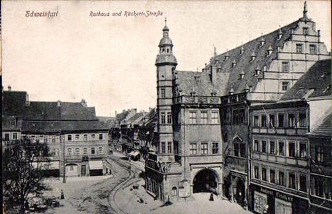 Die Gleisspuren aus der Rückertstraße vor das Rathaus führend....