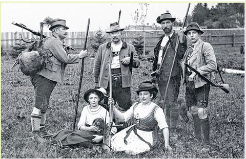 Höpflinger (Bildmitte), Schwiegersohn Ernst Sachs (links), Enkel Willy Sachs (rechts), die Töchter Ernestine Baier und Betty Sachs