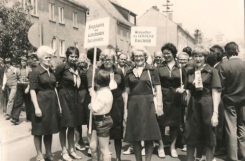 Singkreis des Kulturbundes während Umzug 120 Jahre Männergesangsverein in der damaligen Clara-Zetkin-Str. - u.a. Bettina Schirmer, Annemarie Leuner, Frau Brabender, Ursel Müller, Frau Kaps