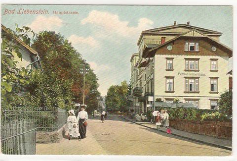 Die Hauptstraße mit Pension Gonnermann, heute Herzog-Georg-Straße 30,  dahinter Meininger Hof, links Friseur Hopf - Repro W.Malek