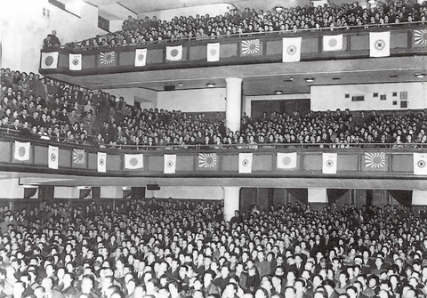 名古屋市公会堂で先生のご講演に聴き入る6,500名の受講生(昭和15年)