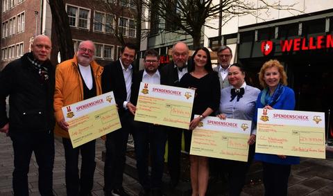 Sabine Ilbertz und Martin Meyer verteilten 66 666 Euro an verschiedene soziale Einrichtungen. Foto: Sabine Hanna
