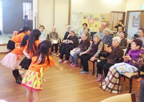 生徒たちとデイケア施設へ訪問。ダンスをお披露目中。おじいちゃん、おばあちゃんリアクションに困ってる!?