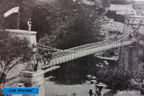 Aufnahme nach Fertigstellung der Hängebrücke in Kolumbien