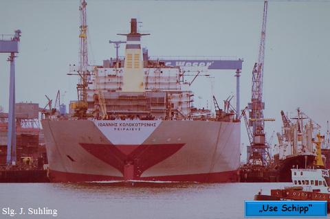 Das größte Schiff der Welt, gleitet langsam seinem Element entgegen.