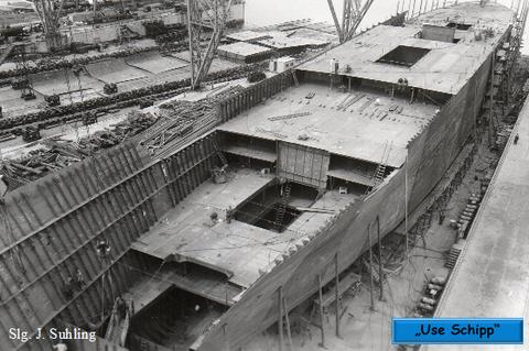 Einige Monate nach der Kiellegung ist das Schiff bereits mächtig gewachsen. Man sieht die Aufteilung in verschiedene Decks und die Lukenöffnungen in den Zwischendecks.