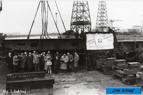 Feierliche Kiellegung. Die erste Bodensektion für ein Fracht-und Fahrgastschiff von ca. 8800 BRT wurde auf der Helling gelegt.