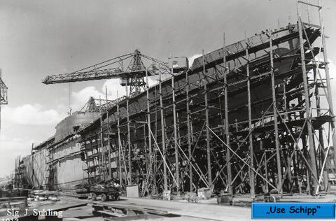 Bauzustand des Schiffes wenige Tage vor dem Stapellauf - das Schiff wird bereits mit Farbanstrich versehen. Der Name, auf den der Neubau getauft werden soll, ist bereits angebracht.