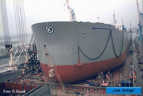 Der Tanker steht bereit zum Stapellauf, der Name des Schiffes ist noch verdeckt