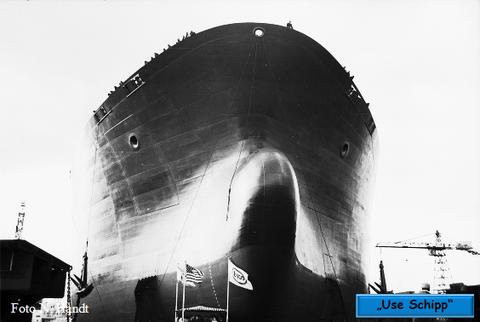 Das rieige Tankschiff steht bereit um den Helgen V zu verlassen.