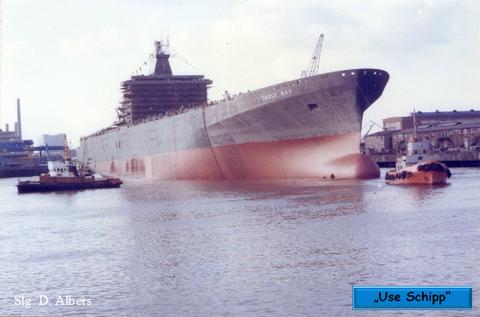 Die Hafenschlepper empfangen das neue Schiff in seinem Element.