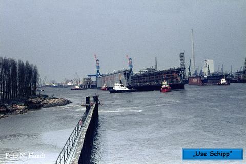 Die wartenden Schlepper übernehmen das Dock, rechts ist das alte Dock der Akschen zu sehen