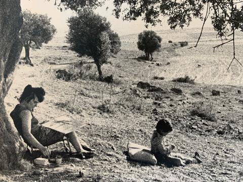 Bettina Heinen-Ayech beim Malen mit Ihrem Sohn Haroun, in der Nähe von Guelma im Sommer 1976