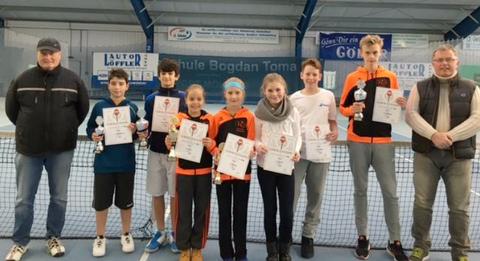 Louis Graßmann (zweiter von links) holte bei den Junioren U12 den Vizetitel und Jakob Cadonau (zweiter von rechts) bei den Junioren U14 den unterfränkischen Bezirksmeistertitel 2016 – herzlichen Glückwunsch.