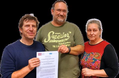 Stolz zeigen (v.l.n.r.) Manfred Walter, Christian Cenker und Beate Neunteufel-Zechner die gemeinsame Übereinkunft. Foto: UGÖD