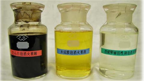 左から「たん白泡」「水成膜泡」「合成界面活性剤泡」