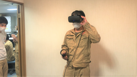 VRを装着した石塚社員に復讐を企む梶谷社員