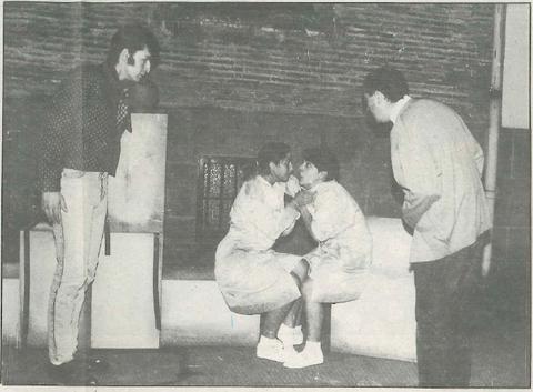 """Dos escenas de """"Fuera de quicio"""", una obra interpretada por Kilkarrak que llenó durante diez días el patio de la Casa de Cultura Fray Diego. (Fotos: J.A.P.)"""