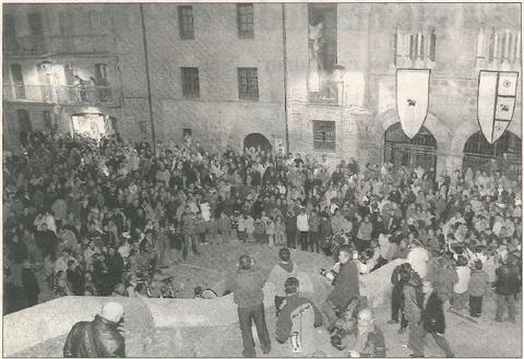 AL PIE DE SAN PEDRO. La escena de la concesión del Fuero transcurrió en la escalinata de la iglesia de San Pedro de la Rúa, que mostraba el aspecto que aparece en la imagen pasadas las nueve de la noche. (Foto: Diego Echeverría)