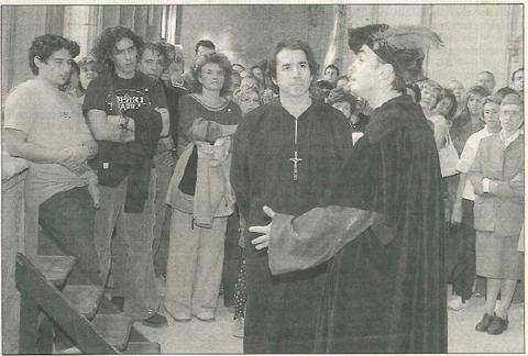Un momento de la representación teatral que realiza el taller de teatro estellés Kilkarrak. (Foto: Diego Echeverría)