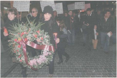 """Dos miembros de Kilkarrak """"lloran"""" por la situación de la cultura mientras portan la corona fúnebre, seguidas por cientos de personas. (Foto: R.A.)"""