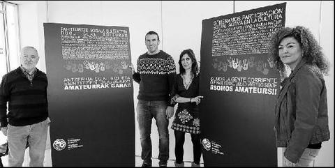 Jaime Malón, Raúl Maiza, Ventura Ruiz y Blanki Castillo posan con los carteles de la nueva campaña.