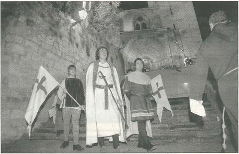 Pedro Irulegui León (en el centro) en el papel del rey Sancho Ramírez, desciende las escalinatas de San Pedro tras conceder el Fuero a la ciudad. (Foto: Diego Echeverría)