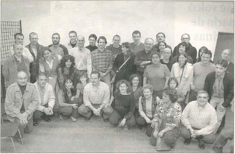 Las personas vinculadas con Kilkarrak que acudieron al acto de la casa de cultura de Estella posan durante un momento de su encuentro. (Foto: Diego Echeverría)