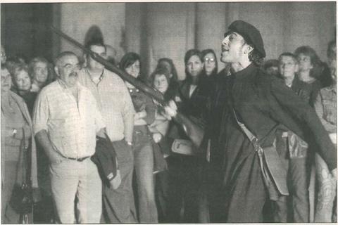 Joseba Morrás, el cura Manuel García, sorprende y arranca las sonrisas de los espectadores justo antes de abandonar la iglesia románica del Monasterio. (Foto: Diego Echeverría)