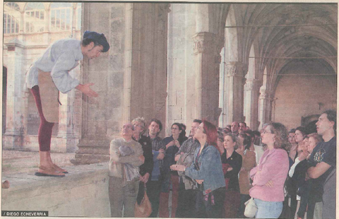 Teatro en el Monasterio de Irache. En la imagen, el actor Pedro Irulegui se dirige a los participantes durante una visita.
