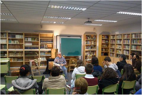 Momento de una de las charlas sobre teatro a cargo de Pedro Echávarri, director de Kilkarrak (Foto: Cedida a Calle Mayor)
