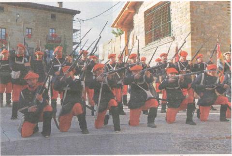 Un momento de la representación de la batalla de Lácar, en el instante en que el ejército carlista carga contra los liberales. (Foto: Montxo A.G.)
