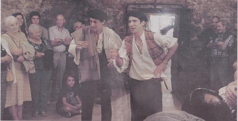 Decenas de personas siguen a los dos actores en un momento de la visita teatralizada a la bodega del antiguo edificio de pacharán La Navarra en Viana (Foto: DN)