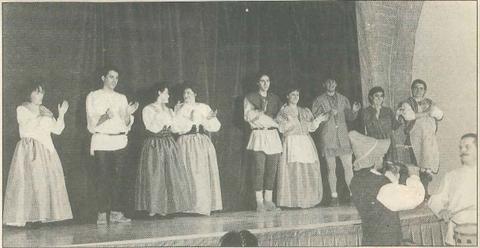 Los once actores de Kilkarrak, durante su puesta en escena.