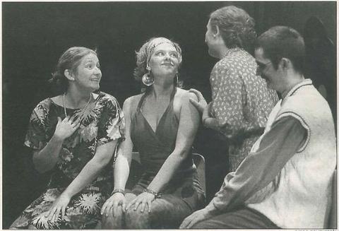 Maribel, interpretada por Yolanda García (en el centro), en los cines Los Llanos junto a tres actores más del grupo. (Foto: Diego Echeverría)