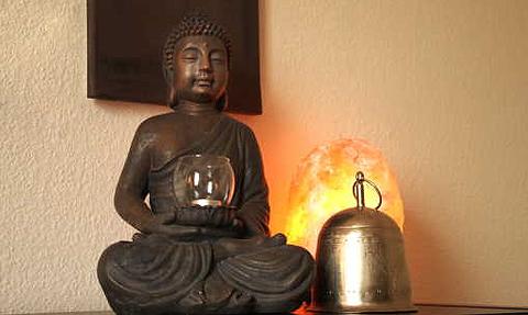 Entspannungsfigur, Salzleuchte und Gong