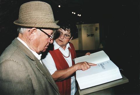 Hechinger Memorbuch und ein Überlebender des KZ Bisingen mit Stadtführerin Johanna Werner, nach einem Foto von U. Hentsch, alle Rechte vorbehalten!