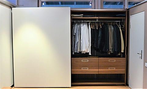 Kleiderschrank mit flächenbüdnigen Gleitschiebetüren, weiß und Nussbaum furniert, Innenschubladen