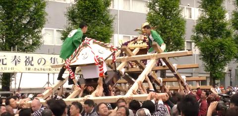 こだま夏祭りの「喧嘩神輿」