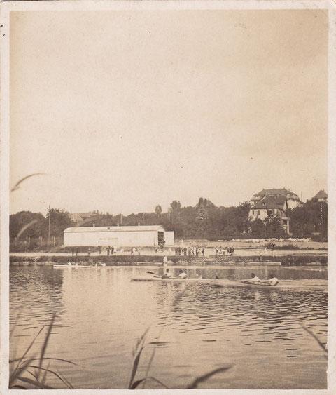Die Schwimmclubhalle - davor die Ruderer