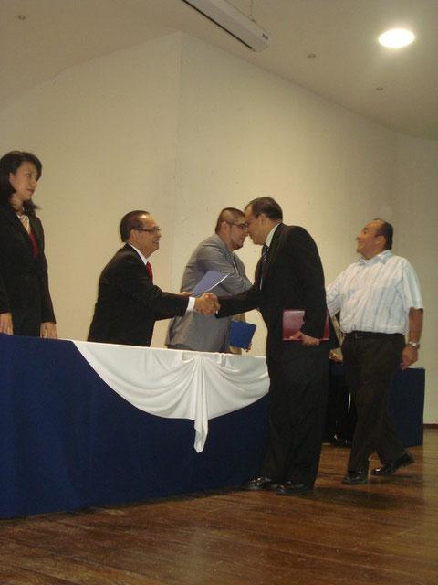 Pastor Oscar Arévalo recibiendo la personeria juridica de iglesia IDEG , por parte del ministerio de gobernación. el dia 14 de Diciembre de 2010