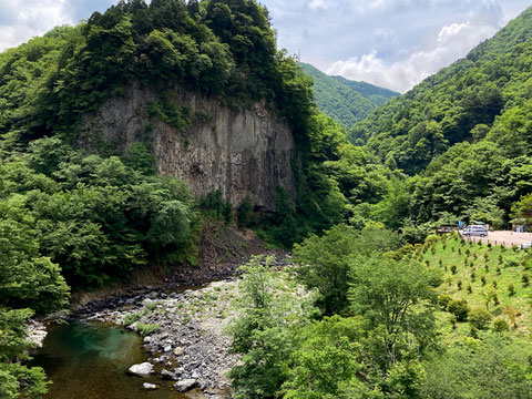 溶岩流が椹谷で削られ、むき出しの絶壁になった巌立