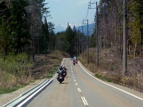 直線道路部分も雰囲気のあるやまびこロード