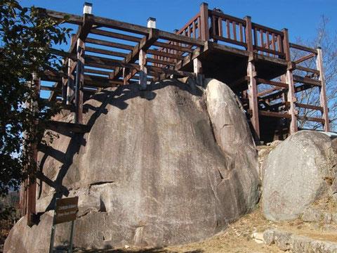 巨岩にある柱の穴跡を再利用して建てられた展望台