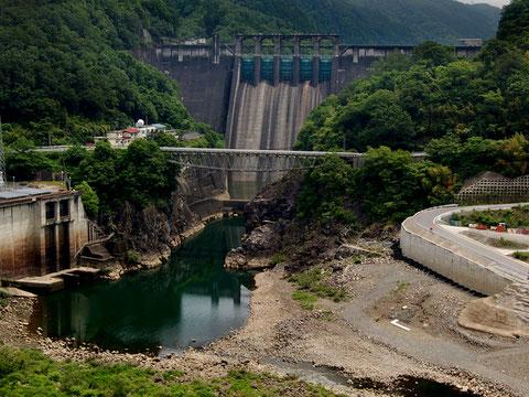 新小和沢橋から丸山ダムを見る。人道の丘はこの山の上