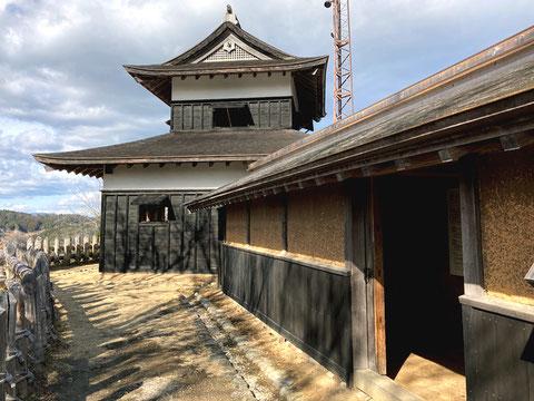 本丸に建つ高櫓と長屋。自由に中に入って見学できる