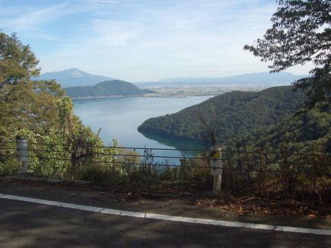 琵琶湖を見下ろして走る奥琵琶湖パークウェイ