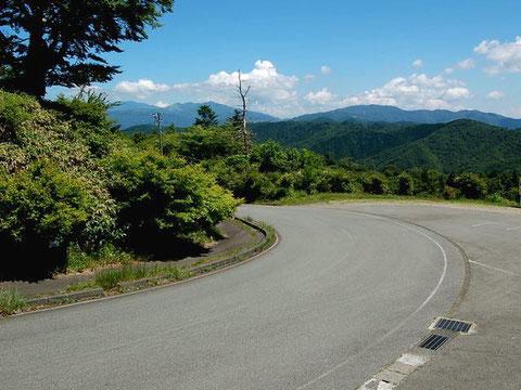 茶臼山の北側の道。ここから県道46へ下っていく